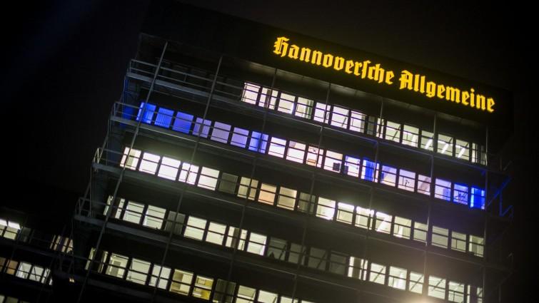 Blaues Licht scheint (18.11.2014) im Madsack-Newsroom