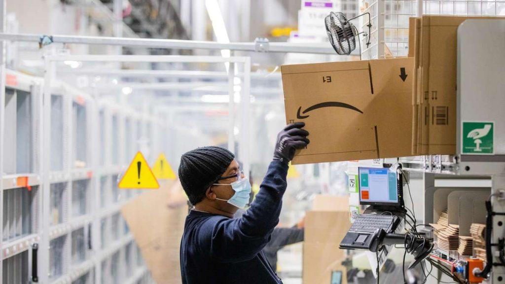 """Amazon vieta le maschere FFP2 dei dipendenti: la società definisce il rapporto """"intenzionalmente fuorviante"""""""