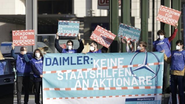 Gli attivisti del Finanzwende Citizen Movement manifestano sulla Potsdamer Platz contro la distribuzione prevista