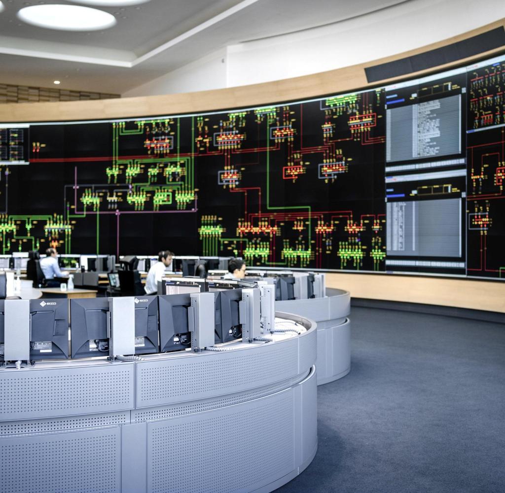 """Amprion HSL a Brauweiler """"HSL"""" - Dietro questo termine si nasconde la linea di controllo principale, il cuore della gestione del sistema.  Nelle postazioni di lavoro, i tecnici addetti alla commutazione monitorano il flusso di elettricità, 24 ore su 24, tutti i giorni della settimana.  https://www.amprion.net/Presse/Mediathek/Pressebilder/Hauptschaltleitung-(HSL).html"""
