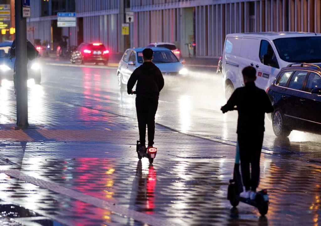 E-scooter ad Amburgo: il centro di consulenza per i consumatori mette in guardia contro le società di noleggio