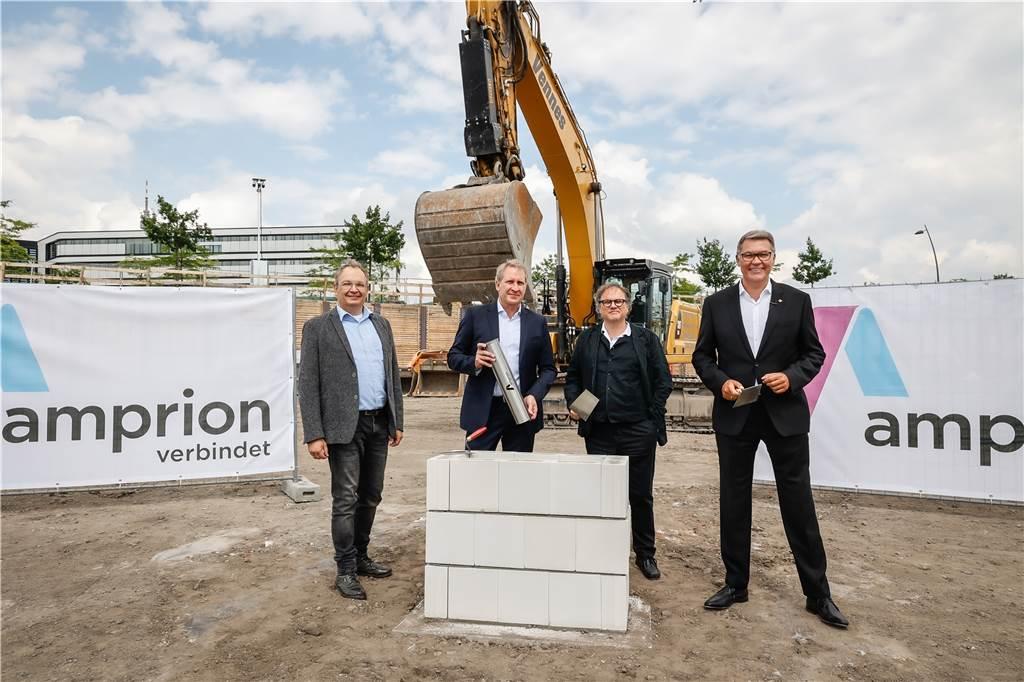 Un'atmosfera meravigliosa durante la posa della prima pietra: Detlev Burger-Reichert, presidente del comitato aziendale di Emporion e il direttore generale Dr.  Hans-Jürgen Breck, l'architetto Thomas Schmidt e il sindaco Thomas Westphal (da sinistra).