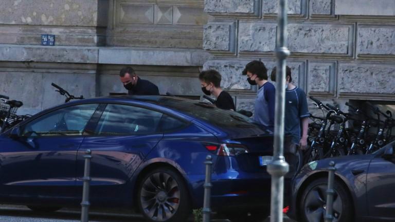 Tre dei quattro figli di Musk salgono su una Tesla