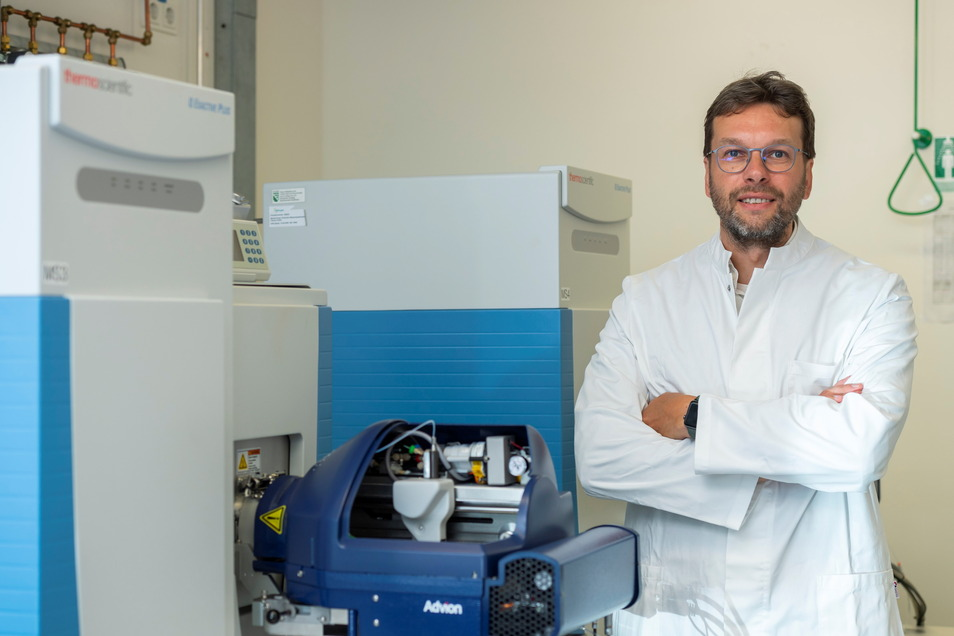 """Oliver Oecke, Direttore Commerciale di Lipoype, accanto a uno dei tre spettrometri di massa, da mezzo milione di euro ciascuno: """"Sono già una classe Porsche."""""""