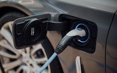 Una nuova auto elettrica emette dal 66 al 69 percento in meno di gas serra nel corso della sua vita rispetto a un'auto a benzina, secondo le stime della Commissione internazionale per la lotta al riscaldamento globale nel suo nuovo studio.