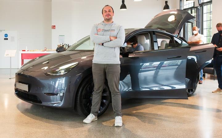 Il reporter di EFAHRER Moritz Diethelm è in piedi di fronte a Model Y.