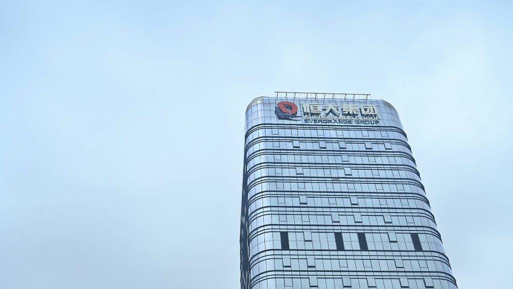 Investitori arrabbiati davanti al quartier generale: China Evergrande con nuove cattive notizie